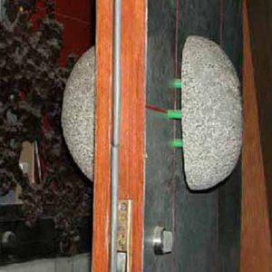 把手:自然石を二分して作製。