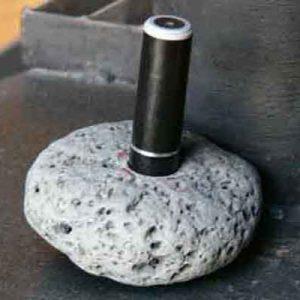 印鑑立て:自然石にキャップを埋め込む。