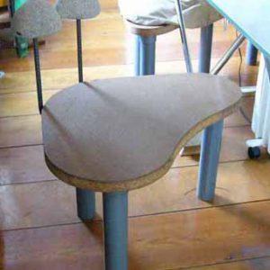 石の背もたれの椅子:塩ビ管の脚、鉄筋、パーチクルボード、石。 背中の壺にあたって気持いい。