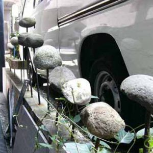 石の柵:石と鉄筋。叩くと木琴のように音が鳴る。
