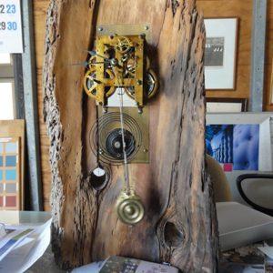 機械式時計を流木に組み込む。流木のもつ時の流れと呼応する。