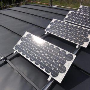 太陽光パネルを設置。パッテリーに蓄電。