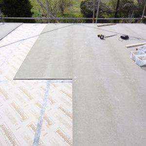 屋根の断熱材と耐火野地板。この上に防水紙を貼り板金で仕上げる。