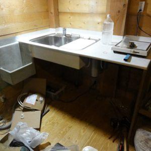 キッチン。MDFにカチオンモルタルで仕上。