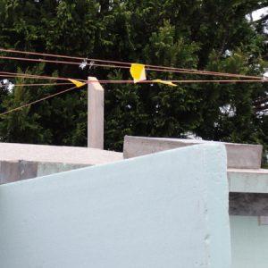 屋根に鳥が穴をあけるので鳥除けに糸を張ったが、それが風で鳴る。夜とも鳴るとうるさいので鳴らないようにテープを貼る。
