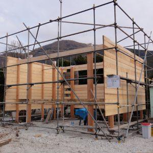 壁の板を貼る。この板がそのまま室内の仕上になり、また水平力も負担する。間柱レス工法。