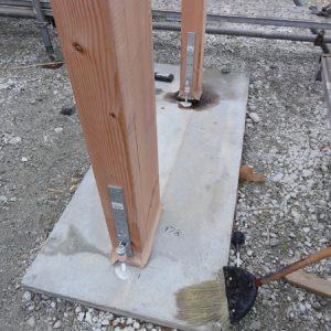 柱足元。アンカーボルトは基礎に穴をあけて接着剤で固定。柱の下には弁当箱があり、防腐剤を入れた。