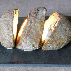 自然石を三つに割って中央の石にハロゲンランプを組み込む。