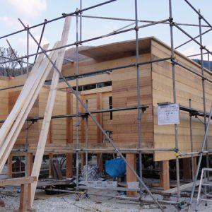 屋根も壁同様に板を貼り、天井の仕上にもなり水平力も負担する。垂木レス工法。板がそのまま外に伸びて庇になる。