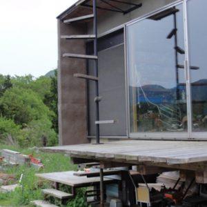 屋根に登る階段。棒にいきなり踏板が取付く。